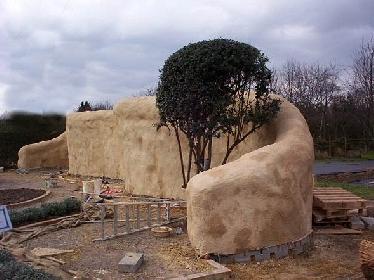 Nach mehreren Schichten Kalkputz ist die Wand bereit für den Kalkfarbenanstrich.  © Chug's Strawbale World